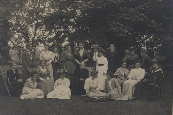 Staff at Newnham College (1907), with Igerna Sollas sitting on the grass on the far right.